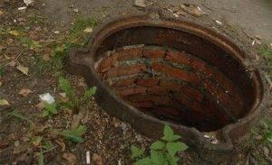 В больнице Астрахани скончалась девочка, провалившаяся в открытый люк