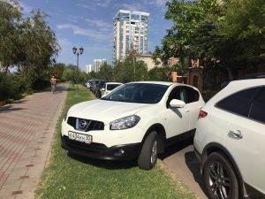 Астраханские водители продолжают парковаться на газонах