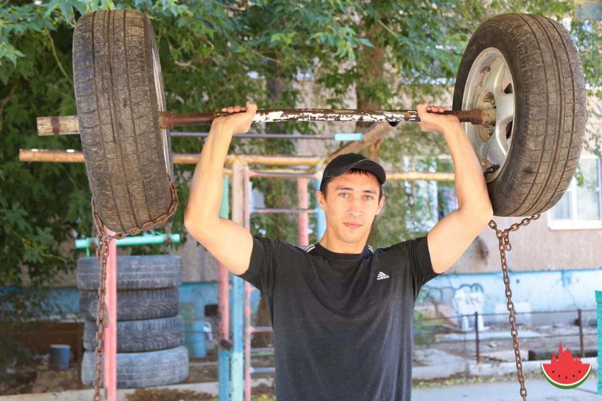 Астраханец построил необычный спортзал прямо во дворе