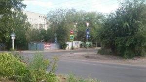 На улице Максаковой повесили знак «кирпич»
