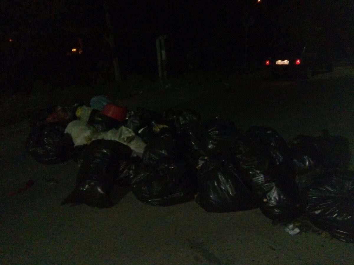 Астраханцы вновь закидали дорогу мусором