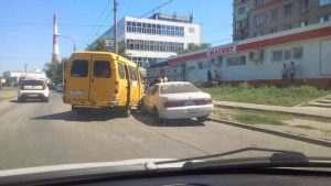 Астраханский маршрутчик «подрезал» двух подозрительных парней