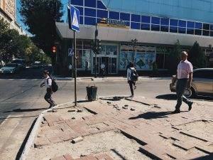 Жители жалуются на плешивую плитку в центре Астрахани