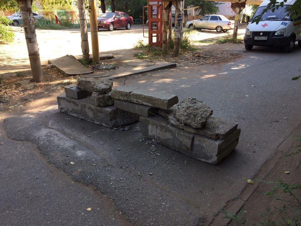 Въезд в один из дворов Астрахани перегородили булыжниками