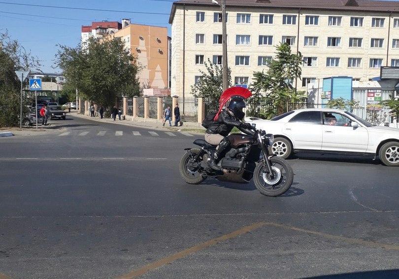 Пикча дня: по улицам Астрахани гоняет «римский легионер» на байке