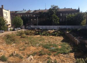 Пустырь в центре Астрахани выставили на продажу