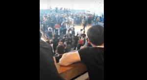 На видео попала крупная ссора болельщиков в одном из спорткомплексов Астрахани