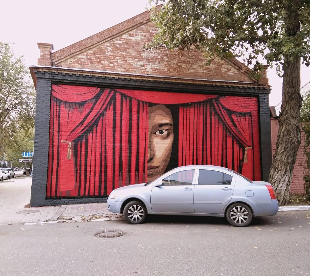 Ко Дню России в Астрахани разрисуют стены домов