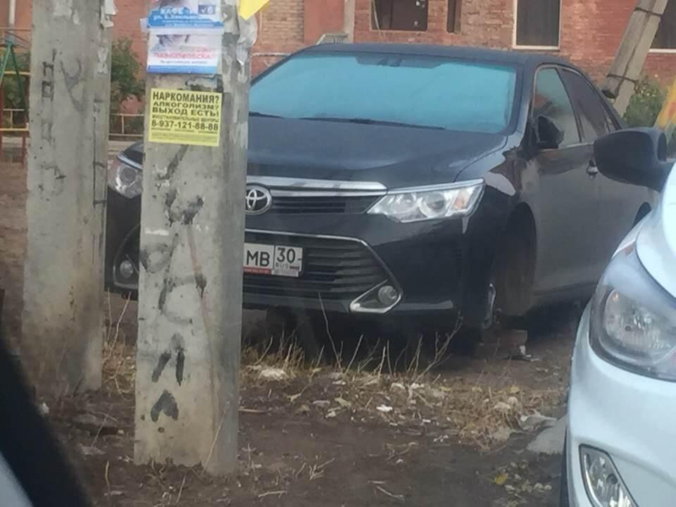 В Астрахани с «Toyota Camry» снимают колеса