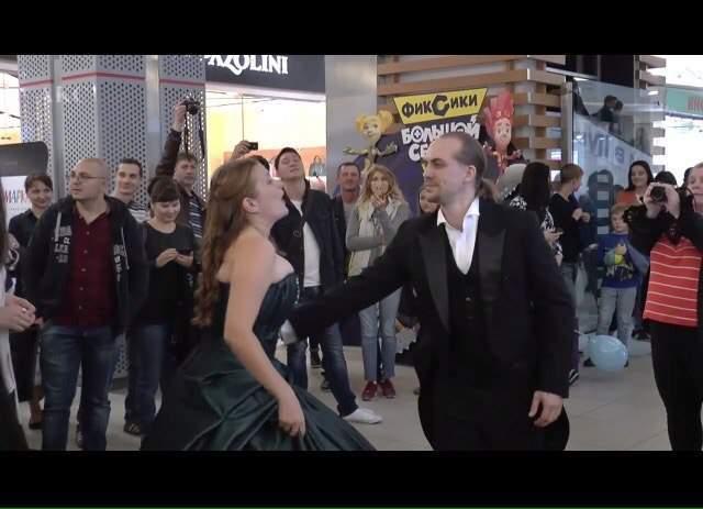 Видео: в торговом центре Астрахани прозвучало оперное пение
