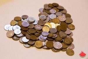 Пенсионерка пожаловалась на жизнь и заменила деньги билетами банка приколов