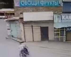 Астраханец въехал в овощной павильон на скутере