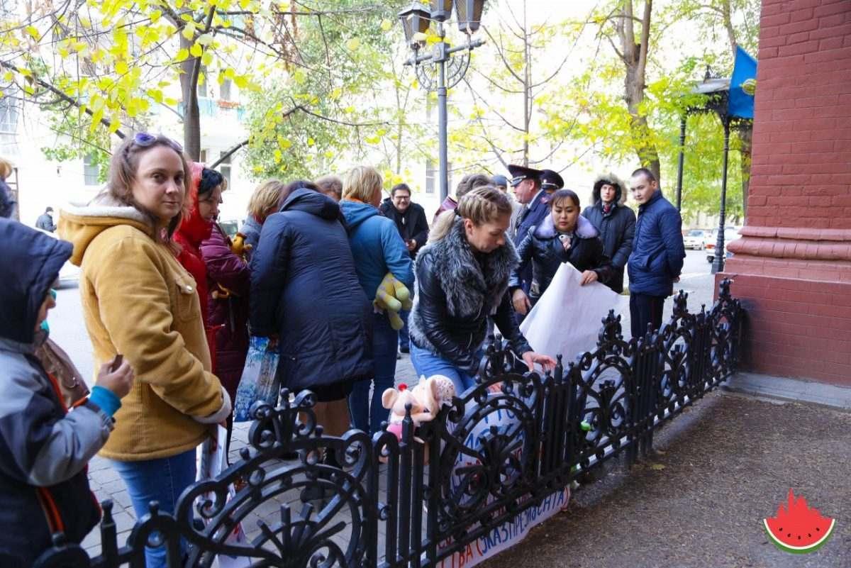 Астраханские мамы возложили детские игрушки к зданию Облдумы