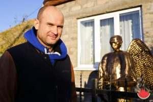 Астраханец будет отправлять скульптуру крылатого Путина с когтями в Москву