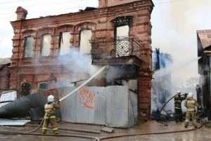 Пожар в заброшенном особняке затронул соседний дом