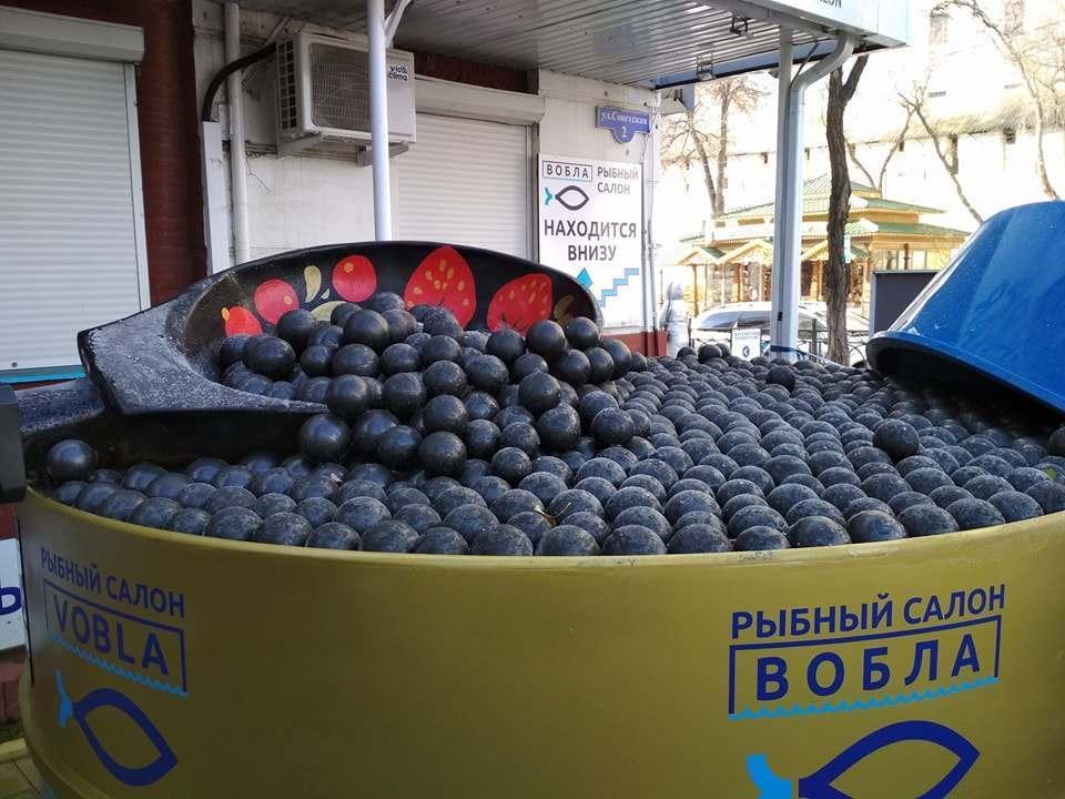 В Астрахани открыли памятник черной икре