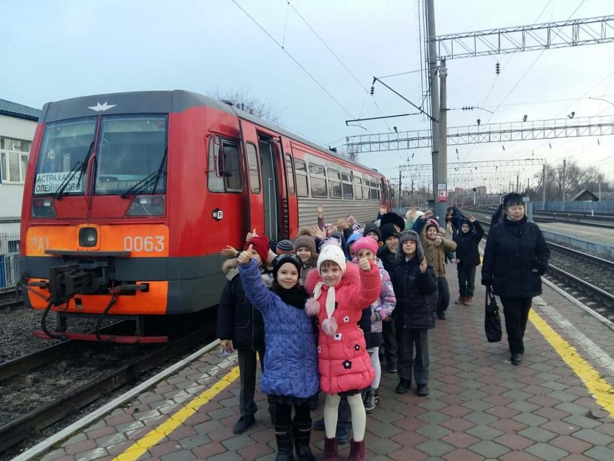 Астраханские железнодорожники покатали школьников на рельсовом автобусе