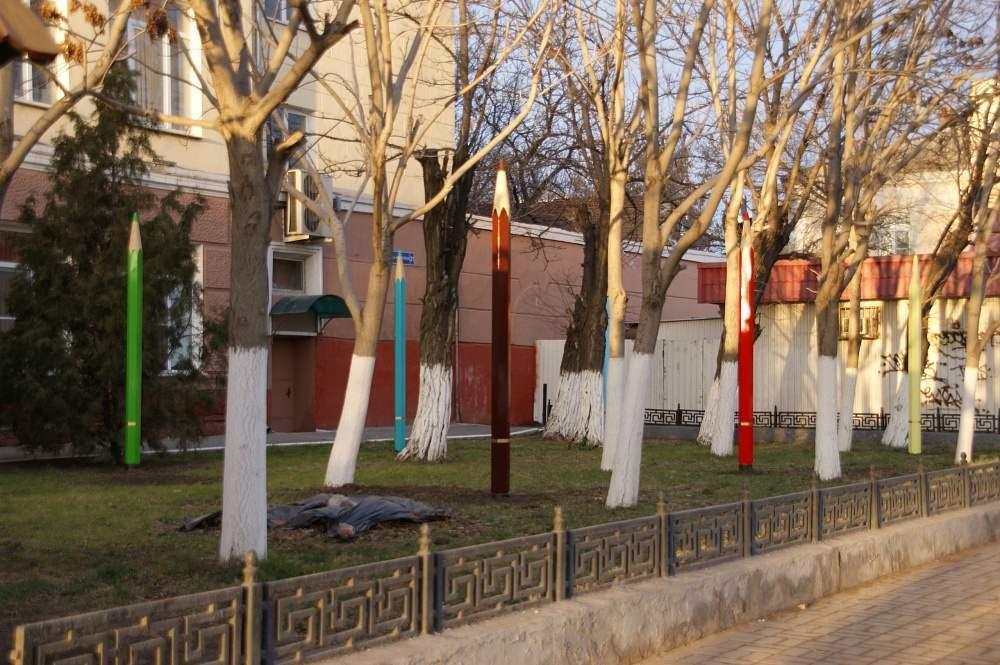 Странненько, но забавно: в центре Астрахани посадили гигантские карандаши