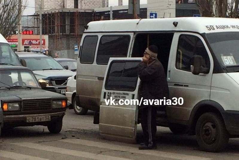 В Астрахани у маршрутки выпала дверь