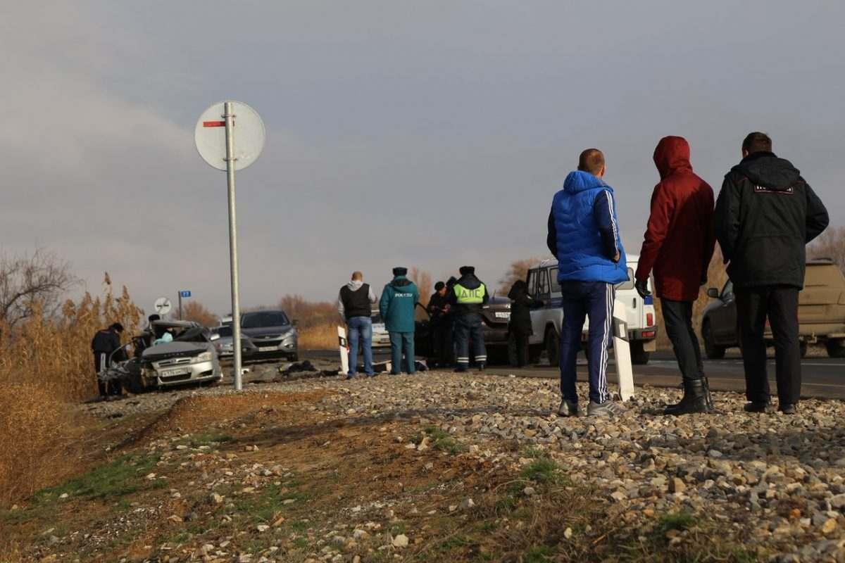 В лобовом столкновении машин под Астраханью погибли шесть человек