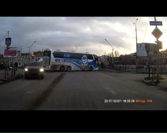 Астраханцы обсуждают маневры автобуса ФК «Волгарь»
