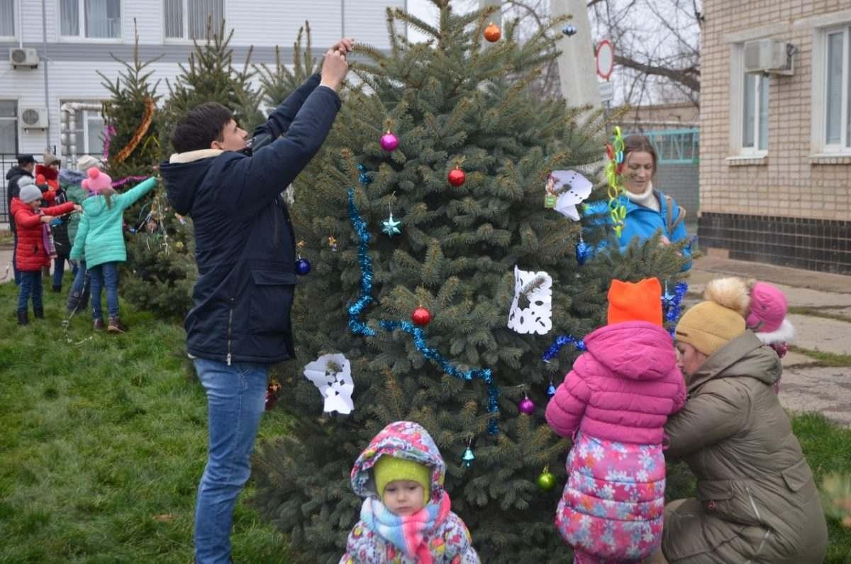 Под Астраханью жители сами наряжают уличные елки
