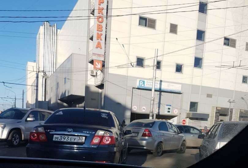 Парковка в ТЦ «Ярмарка» стала по талонам