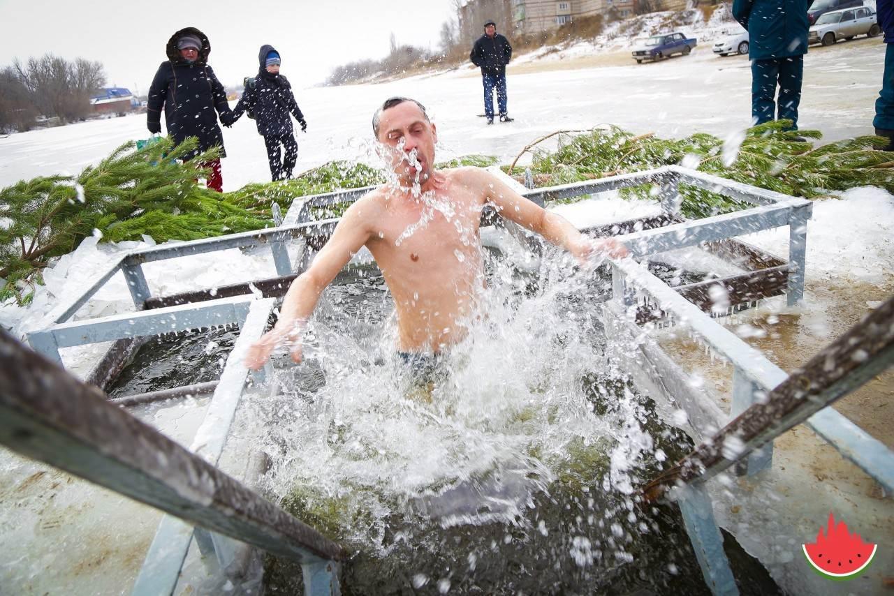 Жители Трусовского района отпраздновали Крещение омовением в Серебряной Воложке