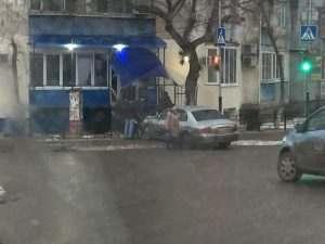 Астраханец пытался купить хлебушка не выходя из автомобиля