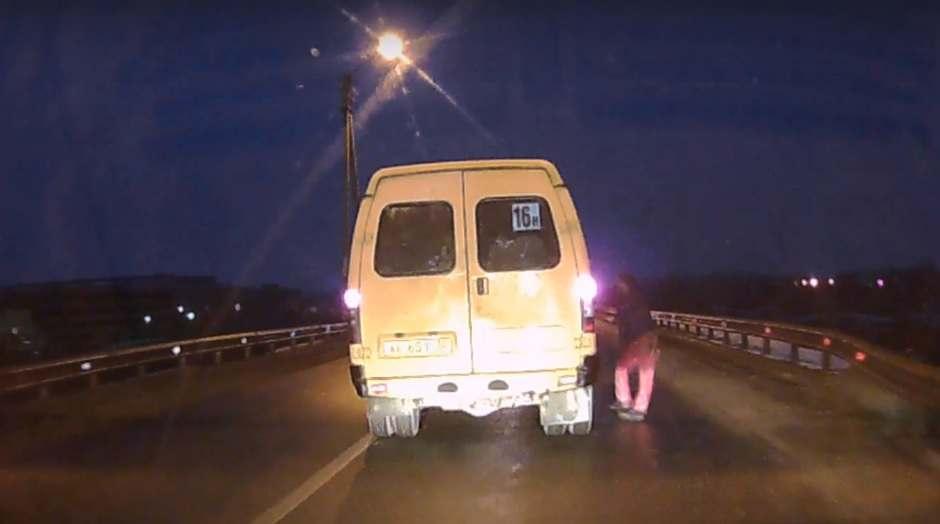 В Астрахани «модный» мужчина безуспешно попытался сесть в маршрутку на ходу