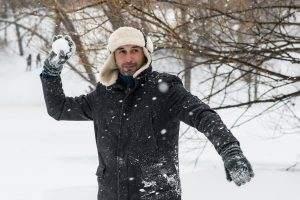 Маленькую астраханку травмировала игра в снежки