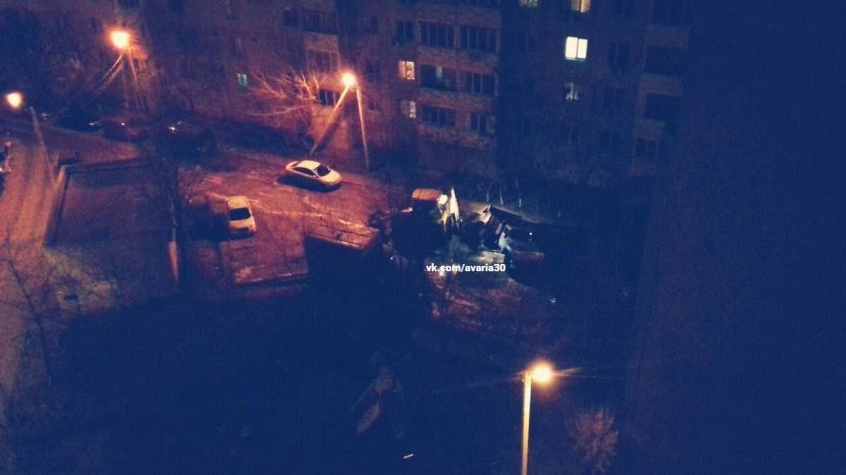 В одном из дворов Астрахани грузовик ушел под землю