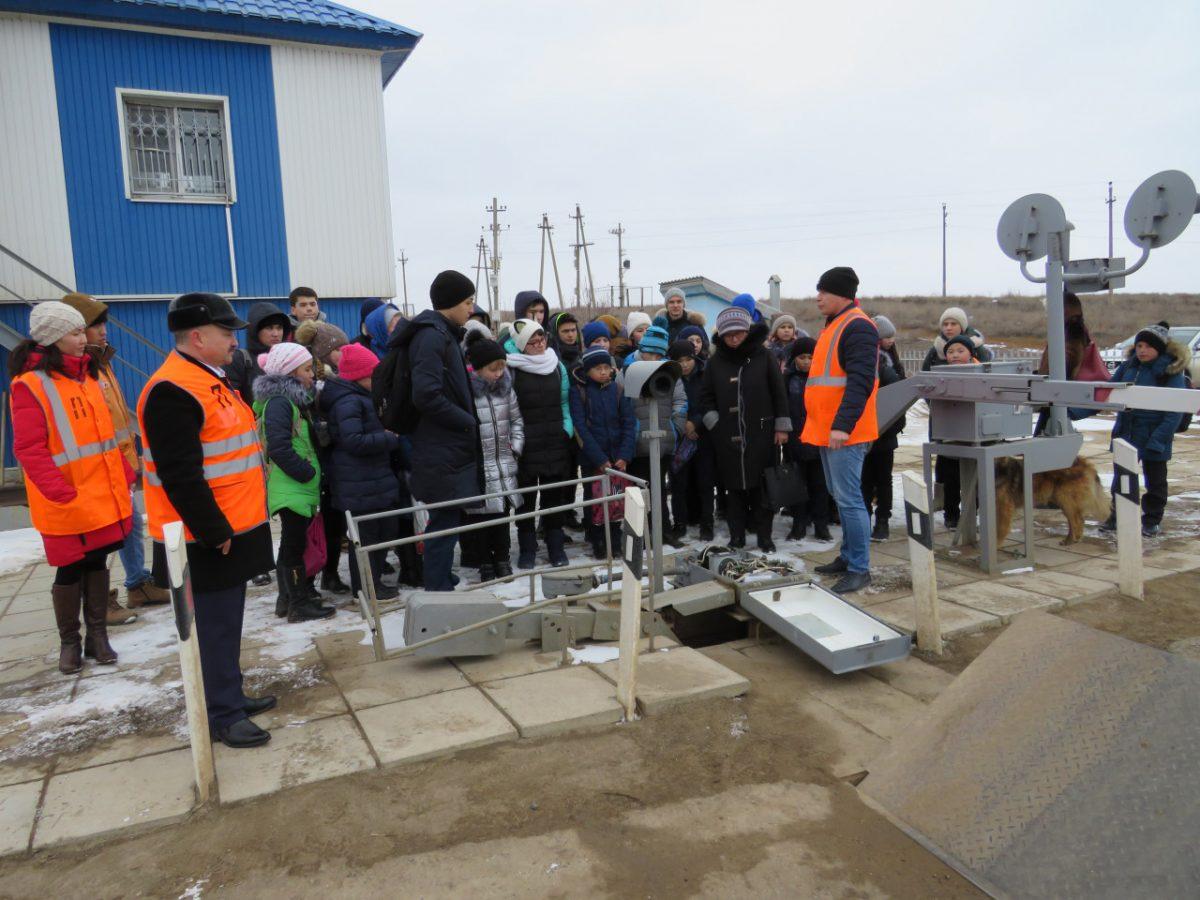 Харабалинским школьникам показали железнодорожные краны и цеха