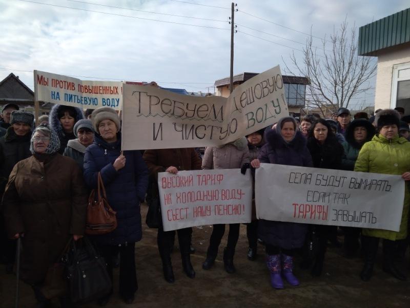 Жители Володарского вышли на митинг против повышения цен на воду