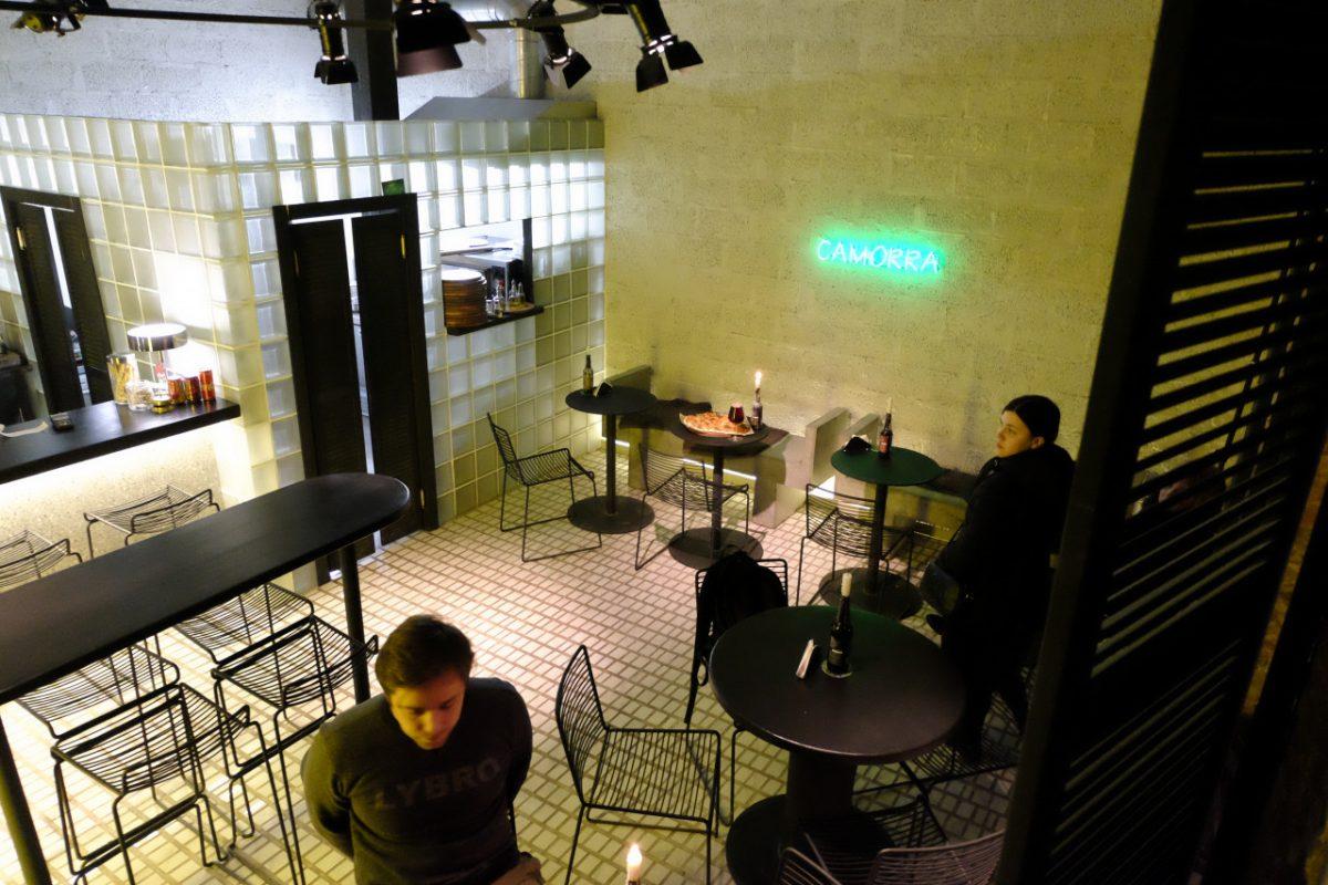 Церковь в неоне и пицца: эклектичный моноресторан Camorra на Адмиралтейской