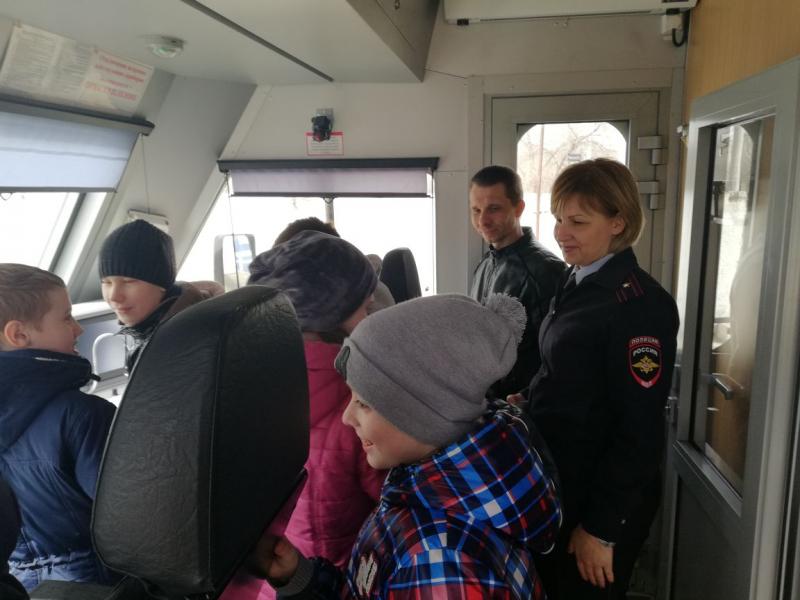 Астраханские школьники побывали в кабине машиниста