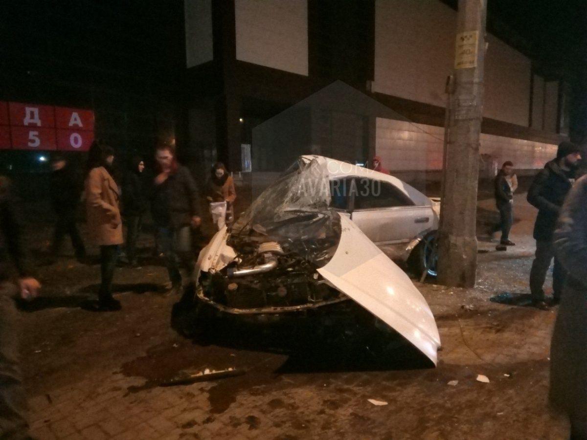 В центре Астрахани машина сложилась от удара о столб