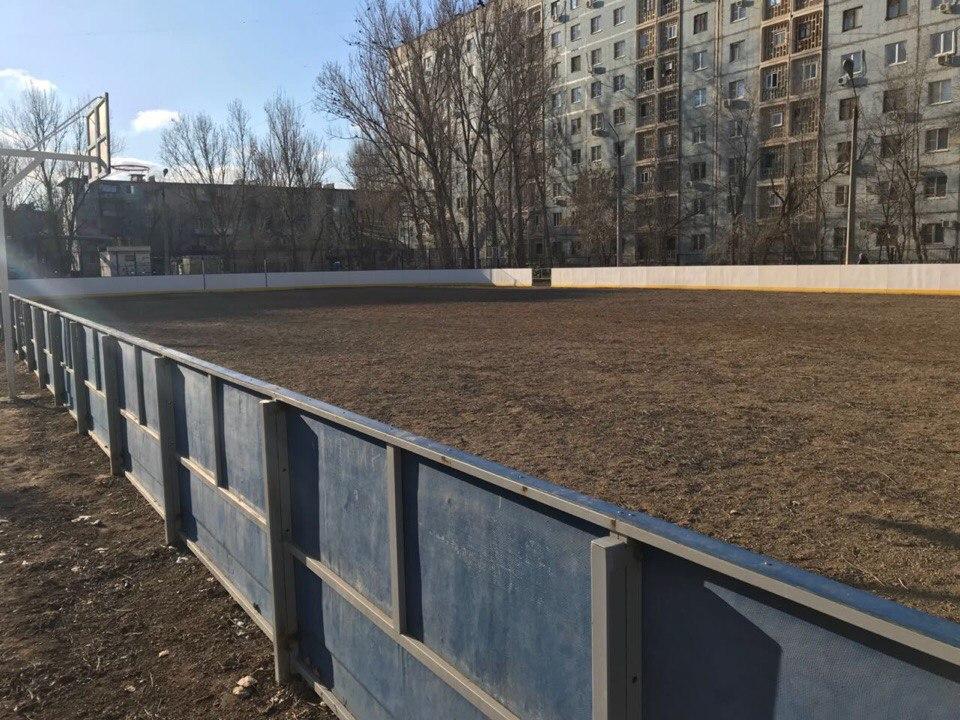 Возле астраханской школы обустроят спортивную площадку с катком