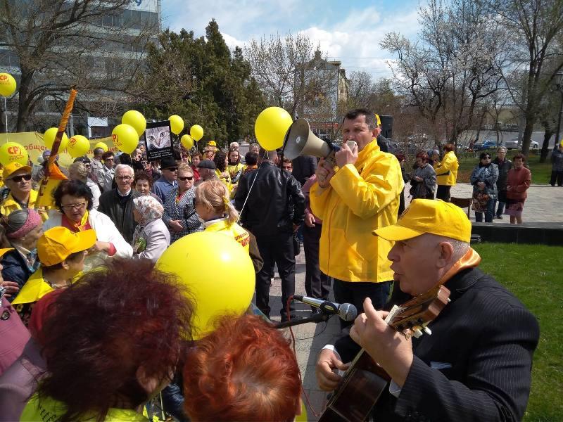 Сотни астраханцев вышли на Социальный марш
