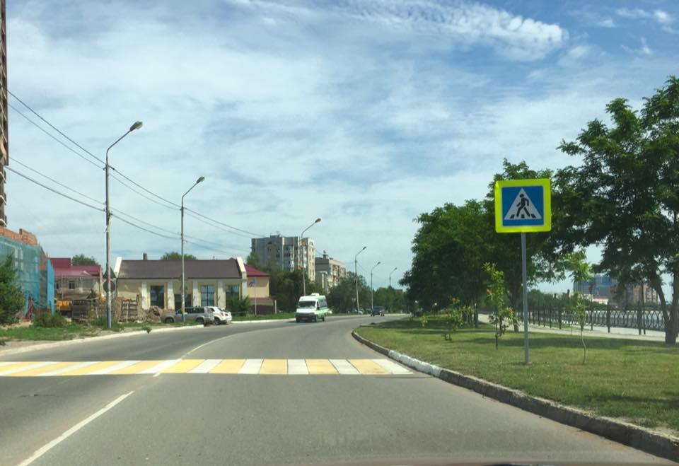 Пешеходный переход «в никуда» продолжает удивлять астраханцев