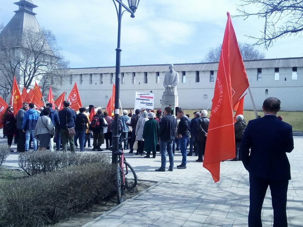 Коммунисты митинговали в Астрахани за троллейбус