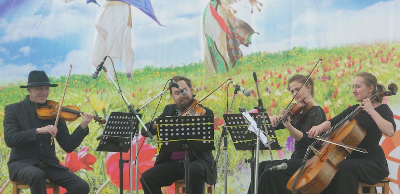 Астраханские музыканты отыграли среди тюльпанов