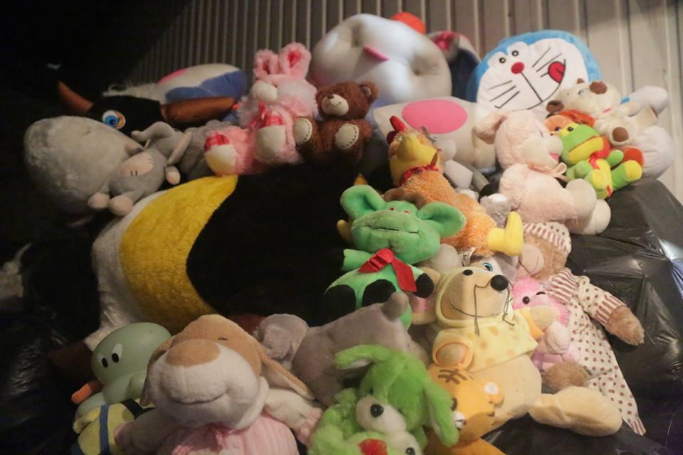 Астраханка предлагает сжечь игрушки, которые принесли в память жертвам кемеровской трагедии