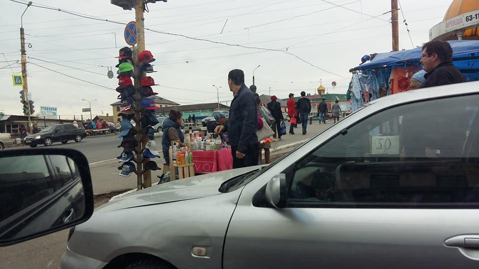 На Больших Исадах светофор превратили в вешалку для кепок