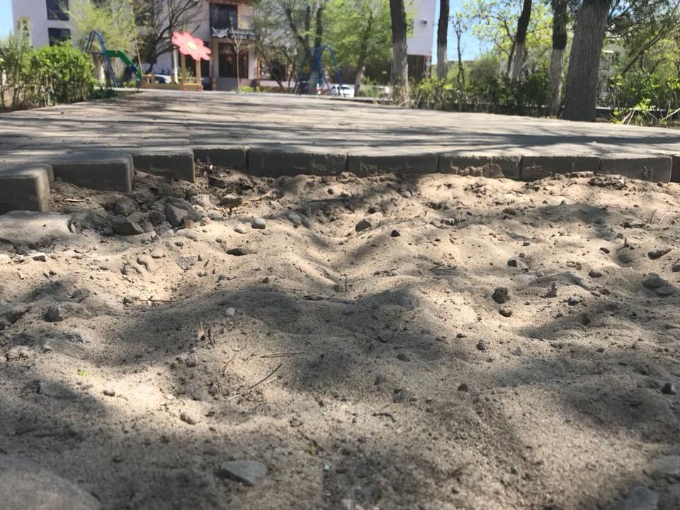 Вандалы унесли тротуарную плитку из парка в микрорайоне АЦКК