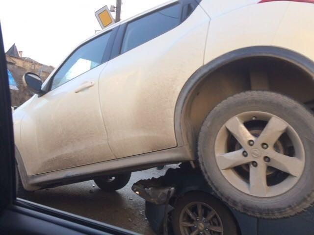 На улице Максаковой произошла необычная авария