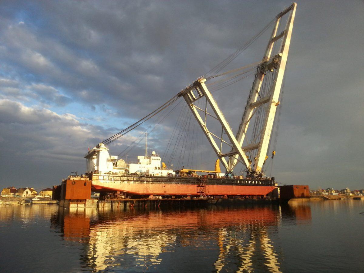 Атлет собирается протащить на себе гигантский плавучий кран в Астрахани