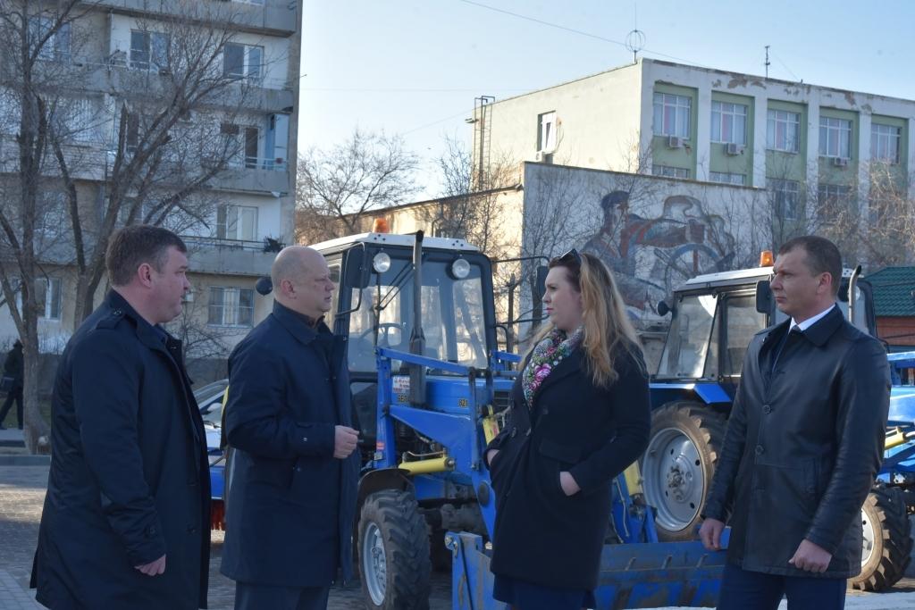 Для уборки Астрахани купили два новых трактора