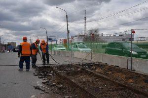 Фото дня: из моста у вокзала выкапывают трамвайные рельсы