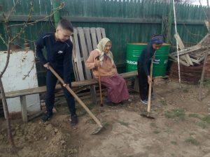 Астраханские школьники продолжают помогать пенсионерам